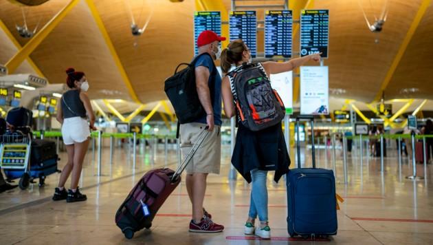 Flughafen in Madrid: Auch hier werden die Einreisebestimmungen für Österreicher ab Montag strenger. Ein 3-G-Nachweis ist erforderlich. (Bild: The Associated Press)