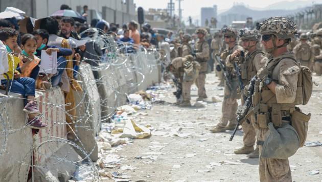 US-Soldaten sichern den Flughafen in Kabul. Die Flucht gestaltet sich für die Menschen schwierig, die Taliban versuchen viele daran zu hindern, zum Flughafen zu gelangen. (Bild: AP/Lance Cpl. Nicholas Guevara/U.S. Marine Corps)