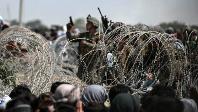 Zu Tausenden strömen die Menschen nach wie vor zum Flughafen in Kabul, um es außer Landes zu schaffen. Aufgrund der gefährlichen Sicherheitslage sind die Gates aber aktuell geschlossen. (Bild: AFP/Wakil KOHSAR)