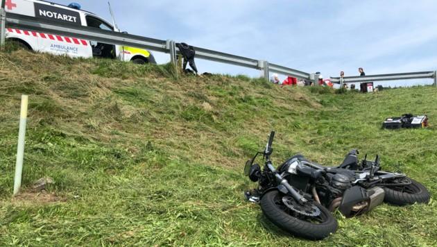Sowohl die Lenkerin als auch das Motorrad wurden in den angrenzenden Steilhang geschleudert (Bild: ZOOM.TIROL)