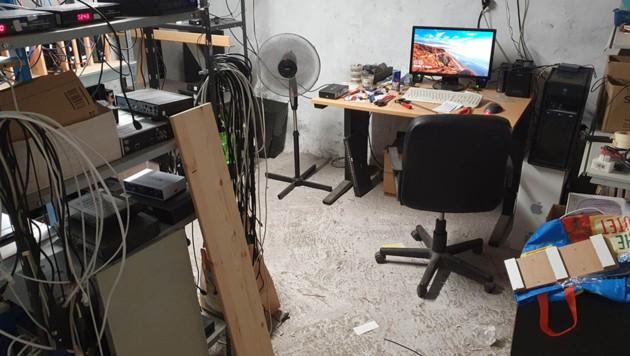 Bei der Razzia in Leverkusen wurden in einem Keller und auf einem Dachboden Anlagen zur Verbreitung illegaler Pay-TV-Streams sichergestellt. (Bild: Polizei NRW/Köln)