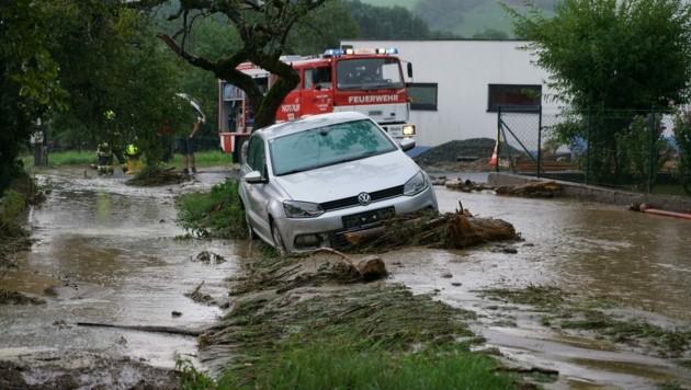Starkregen hat am Sonntag im Raum Krumbach zu Vermurungen und Überschwemmungen geführt. (Bild: APA/Einsatzdoku.at/Patrik Lechner)