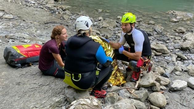 Die Dornbirner Bergretter bei der Versorgung der 16-jährigen Steirerin. (Bild: Bergrettung Dornbirn)