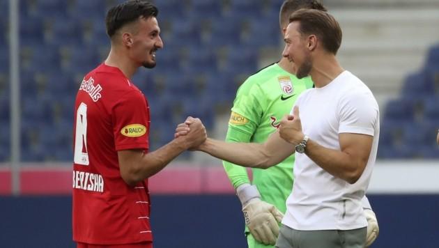 Berisha (li.) klatscht mit Trainer Jaissle ab. (Bild: Tröster Andreas)