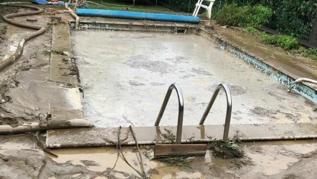 Ein Pool in Pöttsching fiel dem Unwetter am Sonntag zum Opfer. (Bild: Freiwillige Feuerwehr Pöttsching)