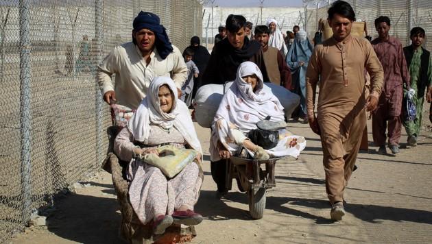 Zu Tausenden versuchen die Menschen, aus Afghanistan zu gelangen, um den Taliban zu entkommen. Meist geht es für sie in eines der Nachbarländer. (Bild: AFP/Aurelia BAILLY)
