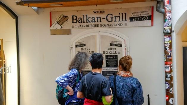Ungläubiges Staunen bei diesen drei Damen: Der Balkan-Grill bleibt zweimal die Woche zu. (Bild: Tschepp Markus)