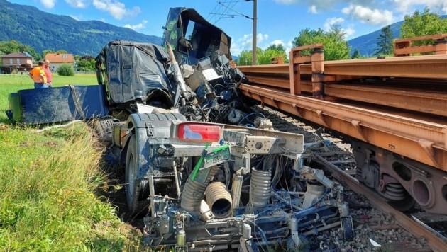 Der Lenker hatte gegen den Zug keine Chance - er verstarb. (Bild: Andreas Walcher)