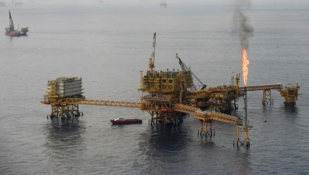 Blick auf einen Teil der Ölförderanlage Ku-Maloob-Zaap, wo auf einer der Bohrinseln Feuer ausgebrochen ist. (Bild: AFP/Alfredo Estrella)