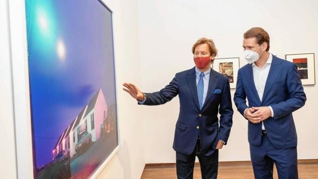 Bundeskanzler Kurz bei der Ausstellungsführung mit Ex-US-Botschafter Traina (Bild: Andreas Tischler / Vienna Press)