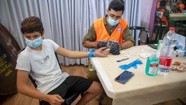 In Israel wird in den Schulen bei Kindern zwischen 3 und 12 Jahren ein Antikörper-Test mittels Fingerstich durchgeführt. (Bild: AP)