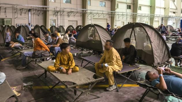 Tausende Afghanen mussten das Land überstürzt verlassen - sie sind nun teilweise in notdürftig eingerichteten Unterkünften untergebracht. (Bild: AFP/ BERTRAND GUAY)