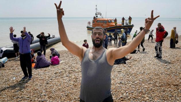 Migranten, die die Überfahrt über den Ärmelkanal nach Großbritannien geschafft haben. (Bild: AP)