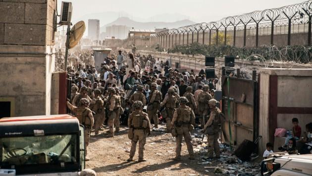 Amerikanische Sicherheitskräfte sichern den Flughafen in Kabul - die Taliban wollen nun verhindern, dass Afghanen auf diesem Weg das Land verlassen. (Bild: AP/Staff Sgt. Victor Mancilla/U.S. Marine Corps)
