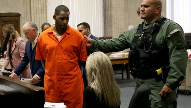 R. Kelly stand schon 2019 vor Gericht. Jetzt läuft erneut ein Gerichtsverfahren gegen den Sänger. (Bild: AFP)