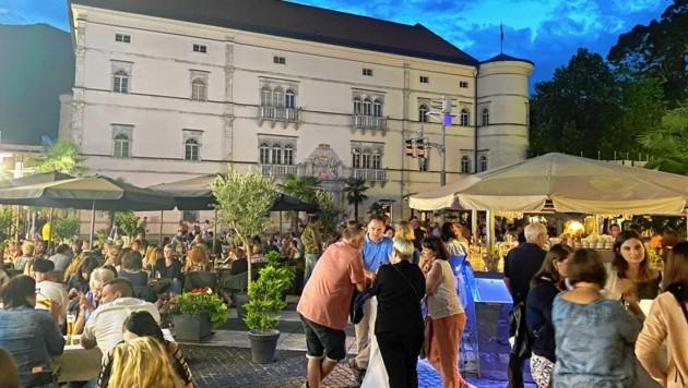 """In südlichem Flair präsentierte sich die Innenstadt von Spittal, wo die Besucher beim """"Candle Light Shopping"""" bis 22 Uhr einkaufen konnten. (Bild: Stadtgemeinde Spittal an der Drau)"""
