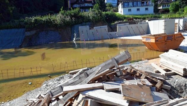 Die Baustelle am Mühlenweg sollte demnächst trocken sein. (Bild: SOBE HERMANN)