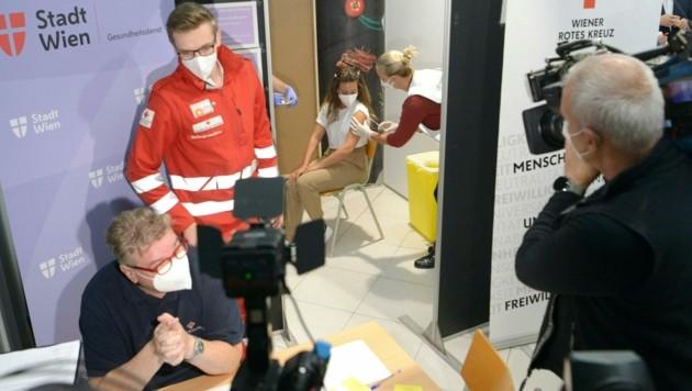 Penny Österreich-Geschäftsführer, Mario Märzinger, Gesundheitsstadtrat Peter Hacker (SPÖ) und Rewe-International-Vorstand Marcel Haraszti (v.l.) (Bild: APA/HERBERT PFARRHOFER)