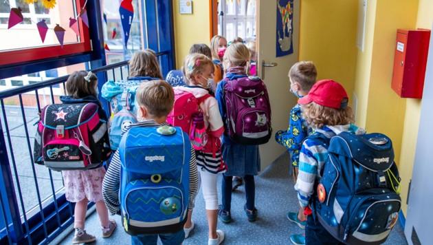 Im Burgenland sind heuer mehr als doppelt so viele Kinder vom öffentlichen Unterricht abgemeldet. Einige haben ihre Entscheidung bereits rückgängig gemacht. (Bild: APA/dpa-Zentralbild/Jens BŸttner)