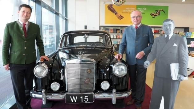 Paul Nemecek (li.) und Stephan Pernkopf bei Figls Limousine im Museum (Bild: Gabriele Moser)