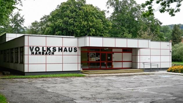 Am Standort des Volkshauses Harbach könnte ein mehrstöckiges Generationenzentrum entstehen. (Bild: Alexander Schwarzl)