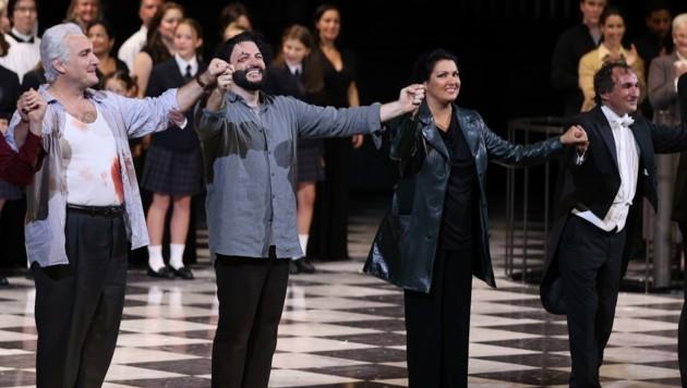 Anna Netrebkos Blick wirkte bereits beim Premieren-Jubel etwas skeptisch – auch wenn einzelne Buh-Rufe nicht ihr, sondern der Inszenierung galten. (Bild: FRANZ NEUMAYR)