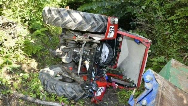 Der Traktor blieb total beschädigt in einer Mulde liegen. (Bild: ZOOM.TIROL)