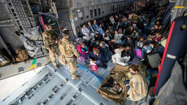 Die deutsche Bundeswehr will ihre Evakuierungsflüge, hier eine Aufnahme vom 17. August, bereits am Donnerstag einstellen. (Bild: AFP)