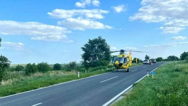 Der Rettungshubschrauber musste auf der Straße landen. (Bild: Freiwillige Feuerwehr Mörbisch/See)