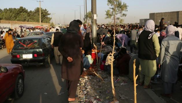 Noch immer harren zahlreiche Menschen am Flughafen von Kabul aus, um vielleicht doch noch auf einen Evakuierungsflug zu kommen. (Bild: AP)