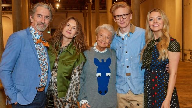 Familie Putz mit Oma Putz Zdenka Hartmann-Prochazkova (Mitte) (Bild: Starpix / picturedesk.com)