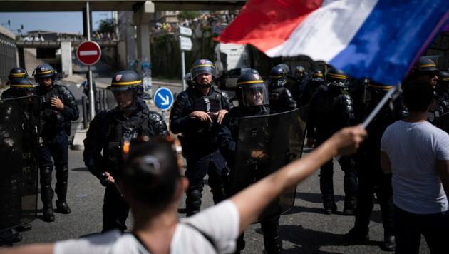 Viele Franzosen sehen sich durch die Corona-Impfungen in ihrer Freiheit beschränkt. (Bild: AP/Daniel Cole)