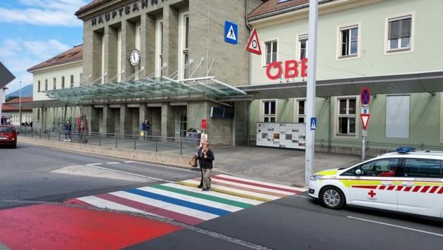 Am Villacher Hauptbahnhof gibt es zwei Regenbogen-Zebras. (Bild: Kimeswenger Fritz)