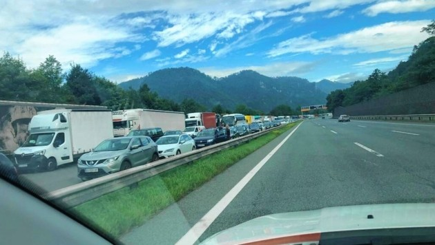 Auf der A9 kam es am Freitagmorgen nach einem Unfall zu einem Mega-Stau. (Bild: Jauschowetz Christian)