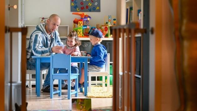 René richtete sich bei sich zu Hause ein eigenes Spielzimmer für die Kleinen her (Bild: Alexander Schwarzl)