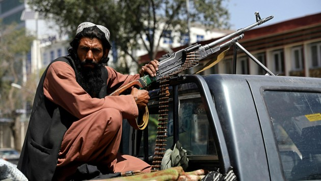 Dieser Taliban-Kämpfer bewacht den Präsidentenpalast in Kabul. (Bild: AP)