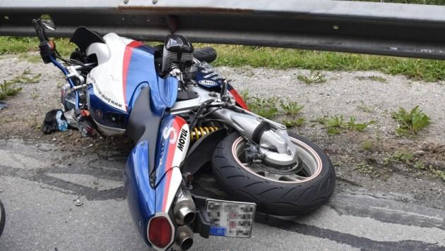 Das Motorrad flog gegen die Leitschiene. (Bild: zoom.tirol)
