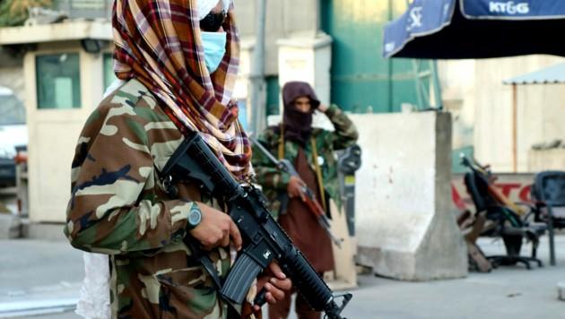 Taliban-Kämpfer in der afghanischen Hauptstadt Kabul (Bild: AP)