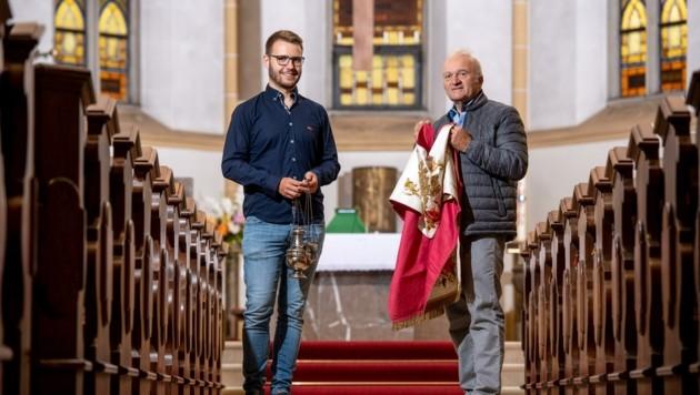 """Karl Hinterwallner gibt sein wertvolles Wissen gerne an """"Hilfsmesner"""" Michael Schmatz weiter. (Bild: Imre Antal)"""