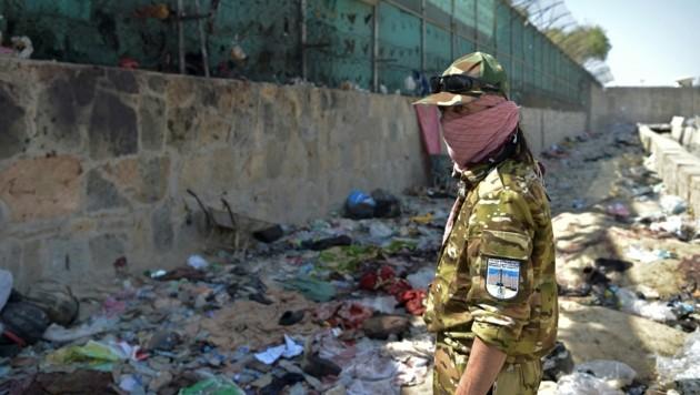 Taliban-Wachposten an der Stelle des Anschlags vor dem Flughafen von Kabul (Bild: AFP)