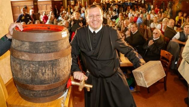 Abt Johannes Perkmann beim Anstich (Bild: Tschepp Markus)