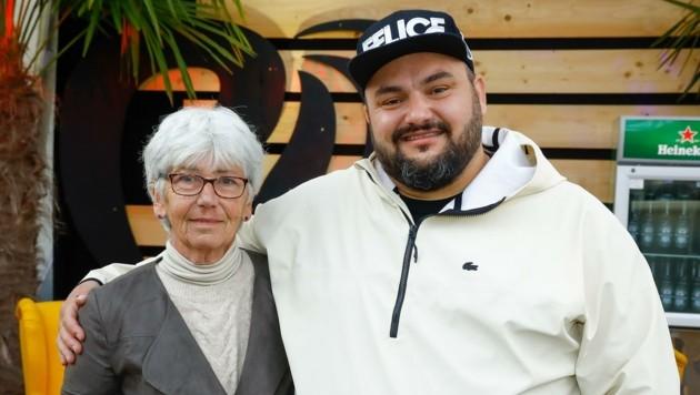 DJ Wolfram Felice mit seinem größten Fan: Mama Renate (Bild: Gerhard Schiel)