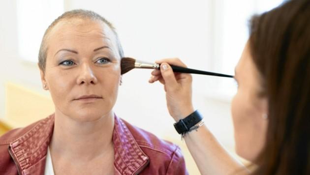 "An Krebs erkrankte Frauen erhalten dank ""feel again"" kostenlos Make-up-Kurse inklusive Fotoshooting. (Bild: birgit machtinger)"