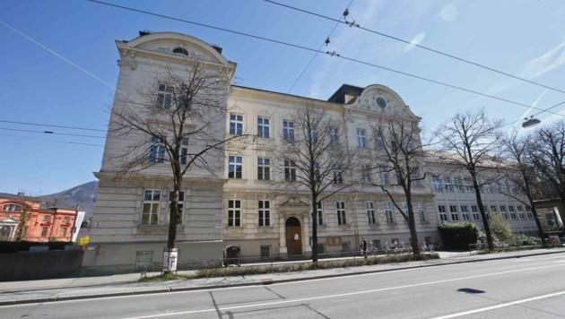 Die historische Fassade der Volksschule Nonntal wurde saniert und die Fenster wurden getauscht. Kosten: 648.000 Euro. (Bild: MARKUS TSCHEPP)