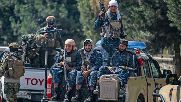 Nicht mehr die Badeschlapfen-Träger von früher: Die Taliban haben sich mit zurückgelassenem Kriegsgerät und Uniformen der internationalen Truppen in Afghanistan ausgestattet. (Bild: AFP/AAMIR QURESHI)