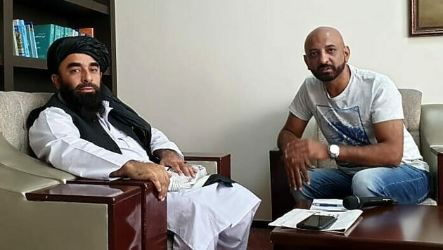 """Der Sprecher der Taliban, Zabihullah Mujahid (li.), mit Shams Ul-Haq, der vor Ort für die """"Krone"""" recherchiert (Bild: Shams Ul-Haq)"""