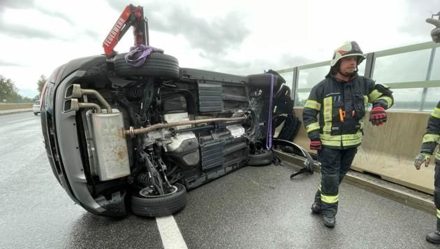 Der Unfallwagen musste von der Feuerwehr geborgen werden. (Bild: Maurice Shourot)
