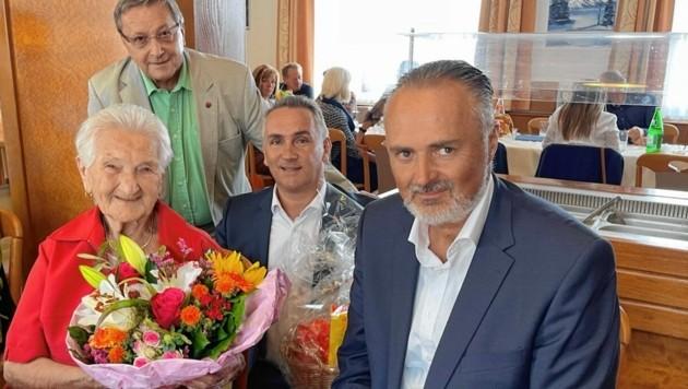 Doskozil überraschte die Jubilarin mit seinem Besuch bei ihrem Fest zum 100. Geburtstag. (Bild: Christian Schulter)