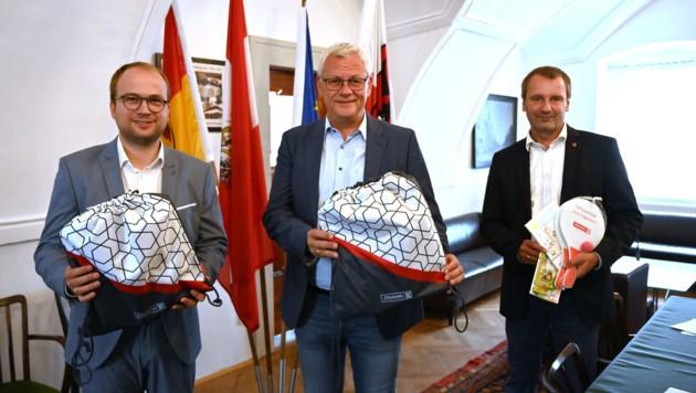 1. Vizebürgermeister Istvan Deli, Bürgermeister Thomas Steiner und Ausschussobmann Gerald Hicke (r.) mit den Schulstartpaketen (Bild: Stadtgemeinde Eisenstadt)