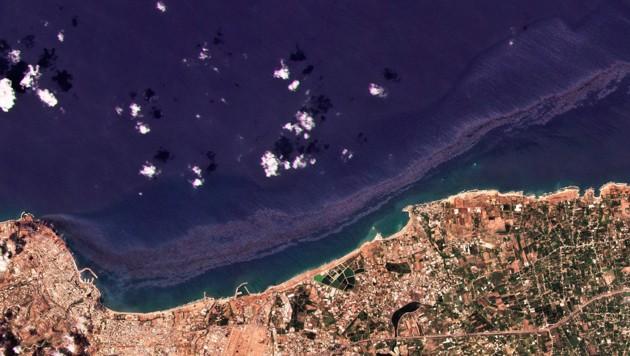 Eine Satellitenaufnahme zeigt den Ölteppich, der durch den Austritt von Heizöl aus einem Kraftwerk in der syrischen Hafenstadt Banias (im Bild unten), entstanden ist. (Bild: Planet Labs Inc. via AP)